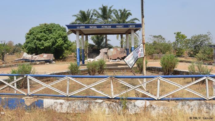 Numerosas instalaciones, como esta gasolinera, han sido dañadas en el sur de Kaduna. (DW/K. Gänsler)