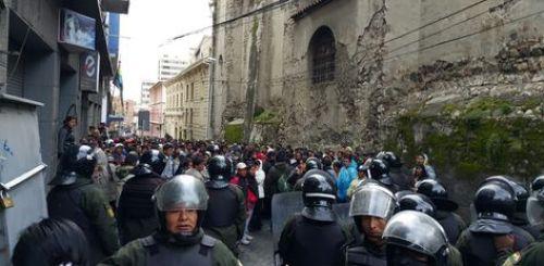 Un contingente policial evita el ingreso a la plaza Murillo a una marcha de cocaleros de los Yungas. Fue este lunes.