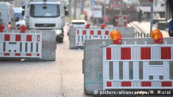 Betonsperren Sicherheit beim Karneval (picture-alliance/dpa/M. Murat)
