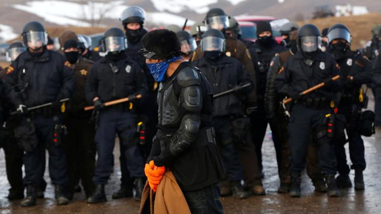 Video: La Policía antidisturbios irrumpe en el campamento contra el oleoducto Dakota Access