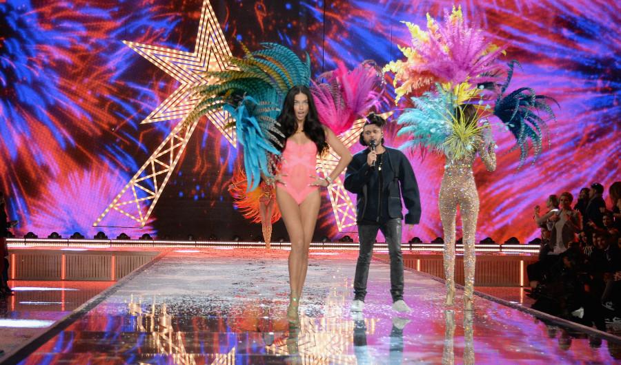 Adriana Lima desfila durante la presentación de The Weekend, uno de los tres invitados musicales de la noche. Joan Smalls de Puerto Rico camina en la pasarela durante el show de Victoria Secret este 10 de noviembre en Nueva York. (Crédito: Dimitrios Kambouris/Getty Images)