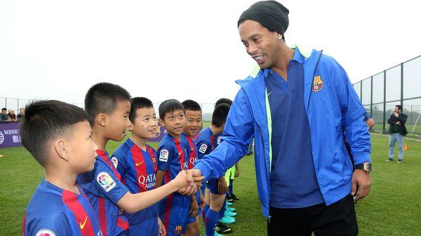 El brasileño posó junto a los niños chinos