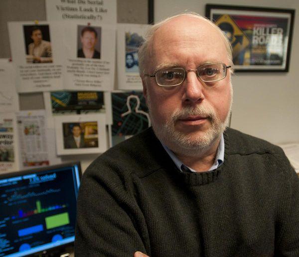 Thomas Hargrove desarrolló un algoritmo que detecta patrones entre homicidios no resueltos en la misma zona.