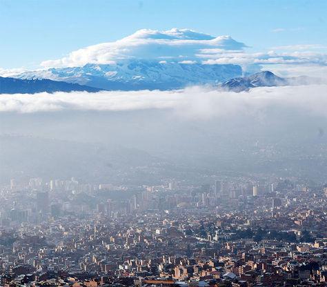 Toma panorámica del nevado Illimani desde la ciudad de El Alto.