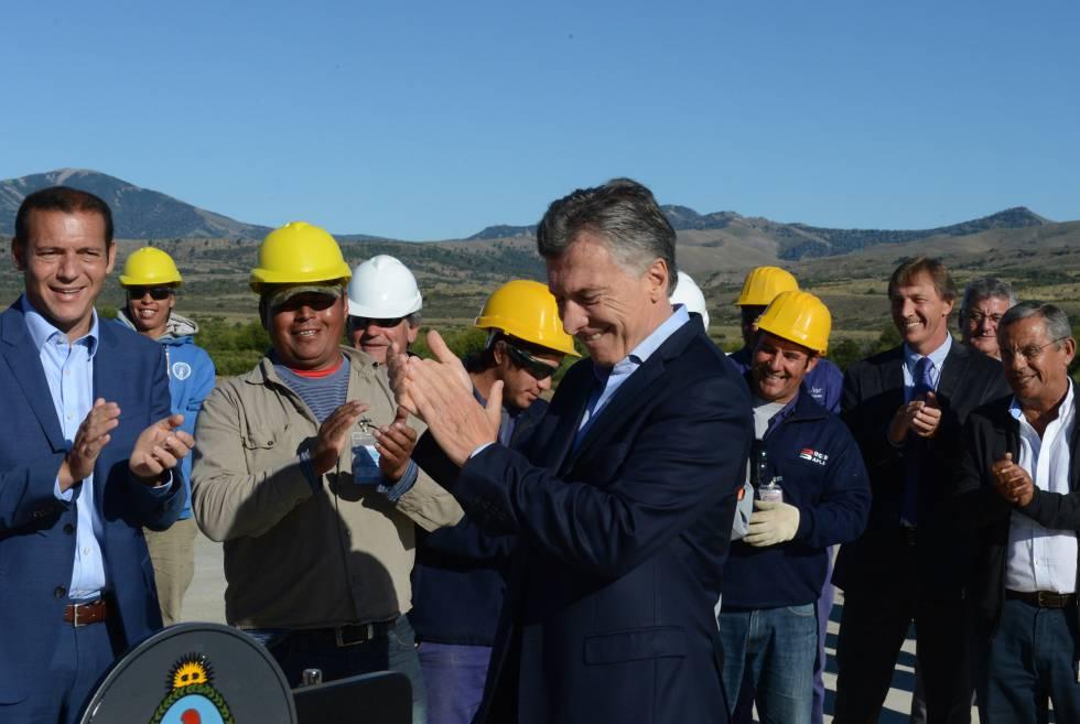 El presidente Mauricio Macri recorre obras de remodelación del aeropuerto de San Martín de los Andes, el 10 de febrero pasado.