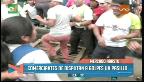 Comerciantes se agarran a golpes por un pasillo en el mercado Abasto