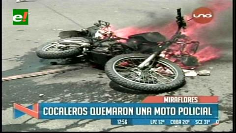 La Paz: Cocaleros quemaron una moto policial