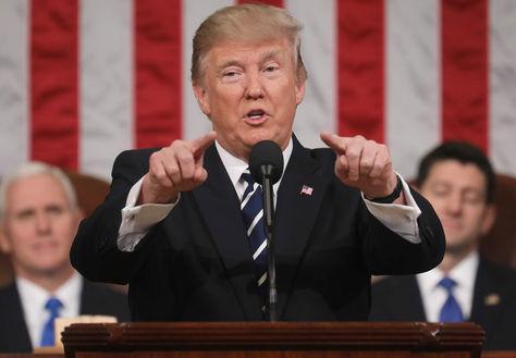 El presidente de los Estados Unidos Donald J. Trump brinda su primera alocución a una sesión conjunta del Congreso desde la Cámara de Representantes en Washington. Foto: AFP