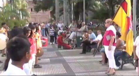 La exdiputada Roxana Sandoval instruye a un grupo de niños con mensajes críticos al gobierno de Evo Morales.