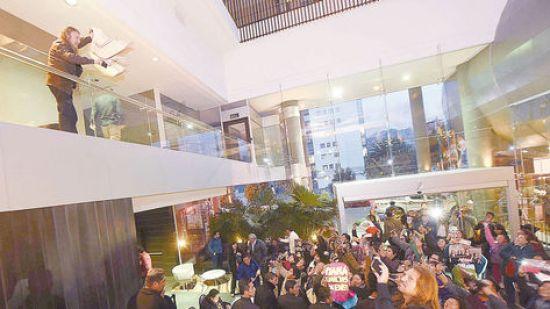 El vocalista de Maná, 'Fher', saluda a sus fans en el Hotel Casa Grande tras culminar la conferencia de prensa.