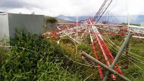 La torre de 90 metros de altura cayó luego que personas desconocidas rompieran los soportes.