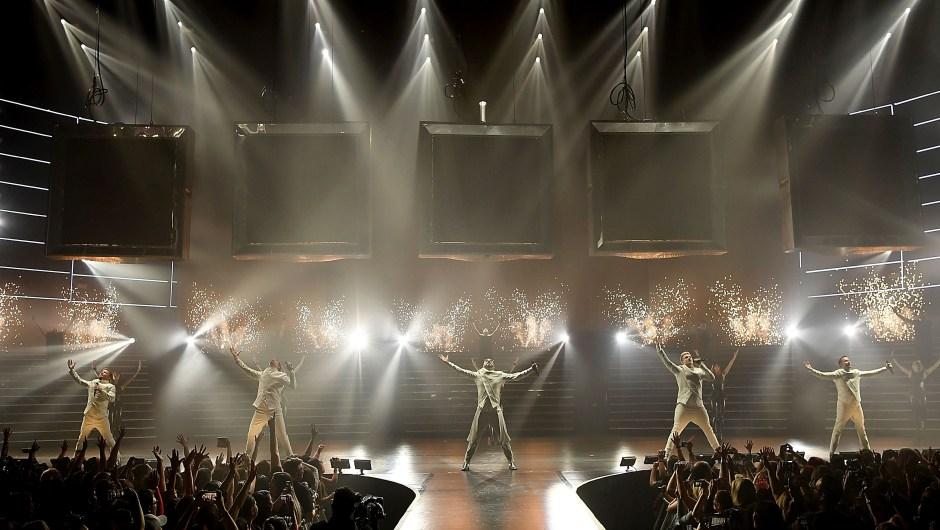 Los Backstreet Boys descienden de cinco cajas inmensas interpretando 'Larger Than Life'. (Crédito: Denise Truscello)