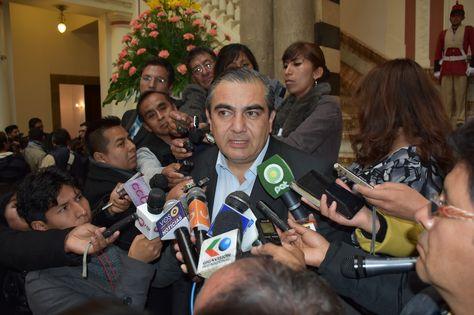 El Ministro de Autonomías, Hugo Siles, en rueda de prensa con los periodistas.