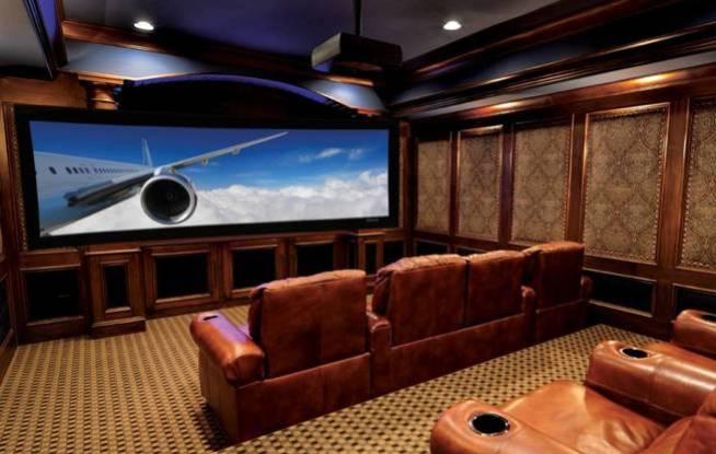 No es lo mismo que tu propia sala de cine, pero con un buen monitor también puedes disfrutar de las películas en tu despacho.