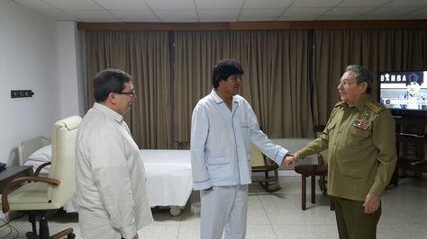 El comandante Raúl Castro y Evo Morales junto al canciller cubano Bruno Rodríguez en su encuentro en la Habana. Foto: ABI.