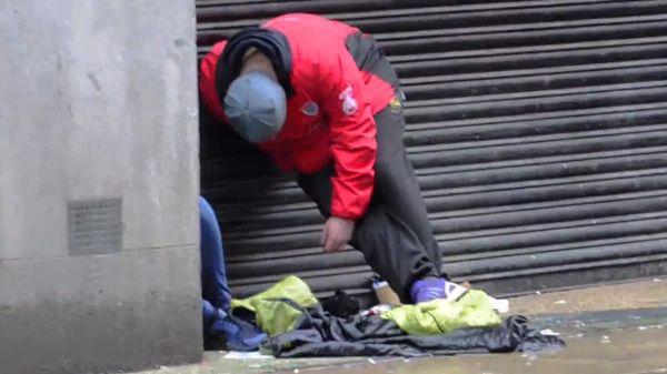 La grabación se conoció este domingo y se viralizó en pocas horas. Muestra los efectos de spice, la nueva droga que explota en las calles de Manchester