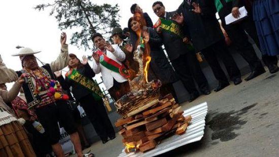 Autoridades de El Alto, además del gobernador de La Paz, Félix Pátzi, participan en la ceremonia por el 32 aniversario de la urbe alteña. Foto: Gobernación de La Paz