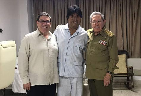 Morales flanqueado por el presidente cubano, Raúl Castro, (d) y el canciller de ese país Bruno Rodríguez.