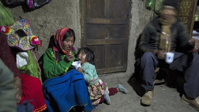 María Ávila alimenta a su hija Shomara en la casa de adobe de su familia en Coata, una aldea en el costado del lago Titicaca, en la región de Puno, Perú. Avila se enojó mientras hablaba de la contaminación del lago.