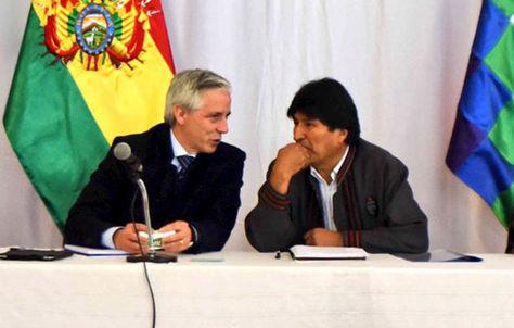 El presidente Evo Morales (d) junto a su vicepresidente Álvaro García Linera en la apertura del gabinete ampliado.