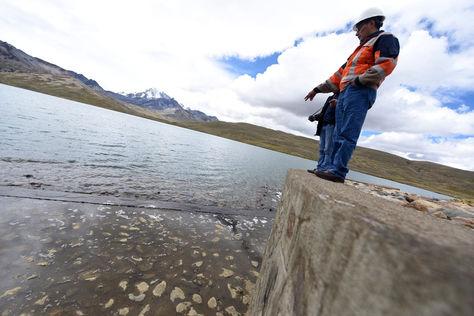 Un funcionario de EPSAS en la represa Milluni, que también abastece de agua a la ciudad de La Paz