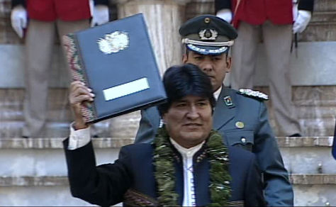 Morales exhibe la promulgada ley de la coca a delegados de organizaciones sociales y autoridades nacionales, congregados en Palacio de Gobierno