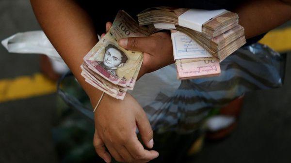 """La inflación en Venezuela, que según el BCV cerró 2015 en 180,9 %, es un problema inducido por la """"guerra económica"""", según el Gobierno de Nicolás Maduro (Reuters)"""