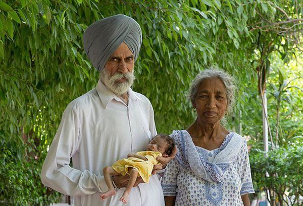 Daljinder Kaur (73), su espos Mohinder (80) y el pequeño Armaan