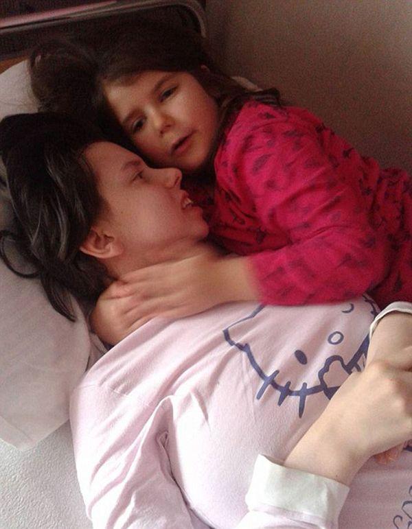 Danijela Kovacevic con Marija, su hija de siete años a quien no conoció hasta no despertar del coma en el que estuvo tras el parto