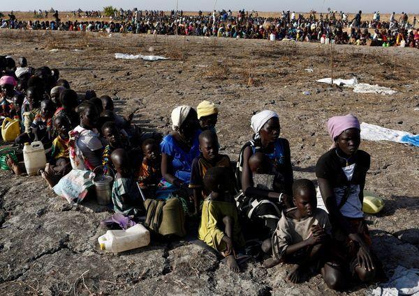 Mujeres con sus hijos en Sudán esperan ser registrados para luego recibir alimentos. (REUTERS)