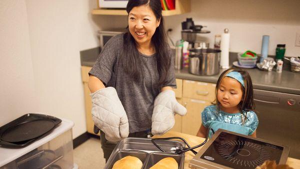 Los niños aprenden a cocinar y a hacer todo tipo de tareas manuales