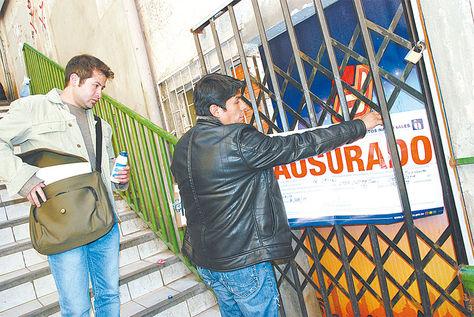 La Paz. Funcionarios de Impuestos realizando la clausura de un negocio por la no emisión de facturas.