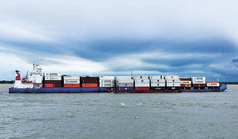 Paraguay. Una barcaza transporta contenedores por la hidrovía cerca del puerto deNueva Palmira.