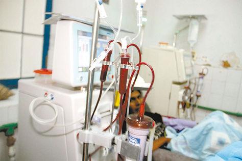 Diálisis. Paciente en sesión dentro del Hospital de Clínicas, La Paz.