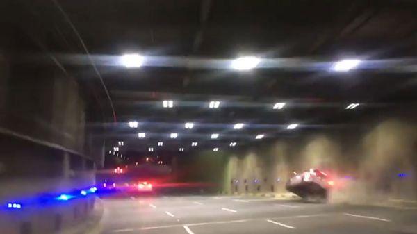 El flamante Mercedes Benz Clase A se estrella contra la pared del túnel. Comienza a volcar a incendiarse