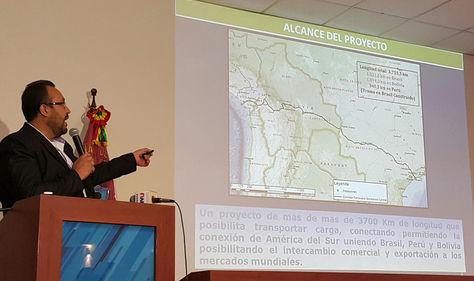 El ministro de Obras Públicas Servicios y Vivienda, Milton Claros, explica los avances del proyecto del tren bioceánico. Foto: La Razón