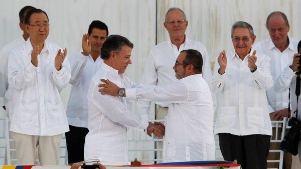 Juan Manuel Santos y Timochenko tras la firma del acuerdo de paz, el 26 de septiembre en Cartagena (Reuters)