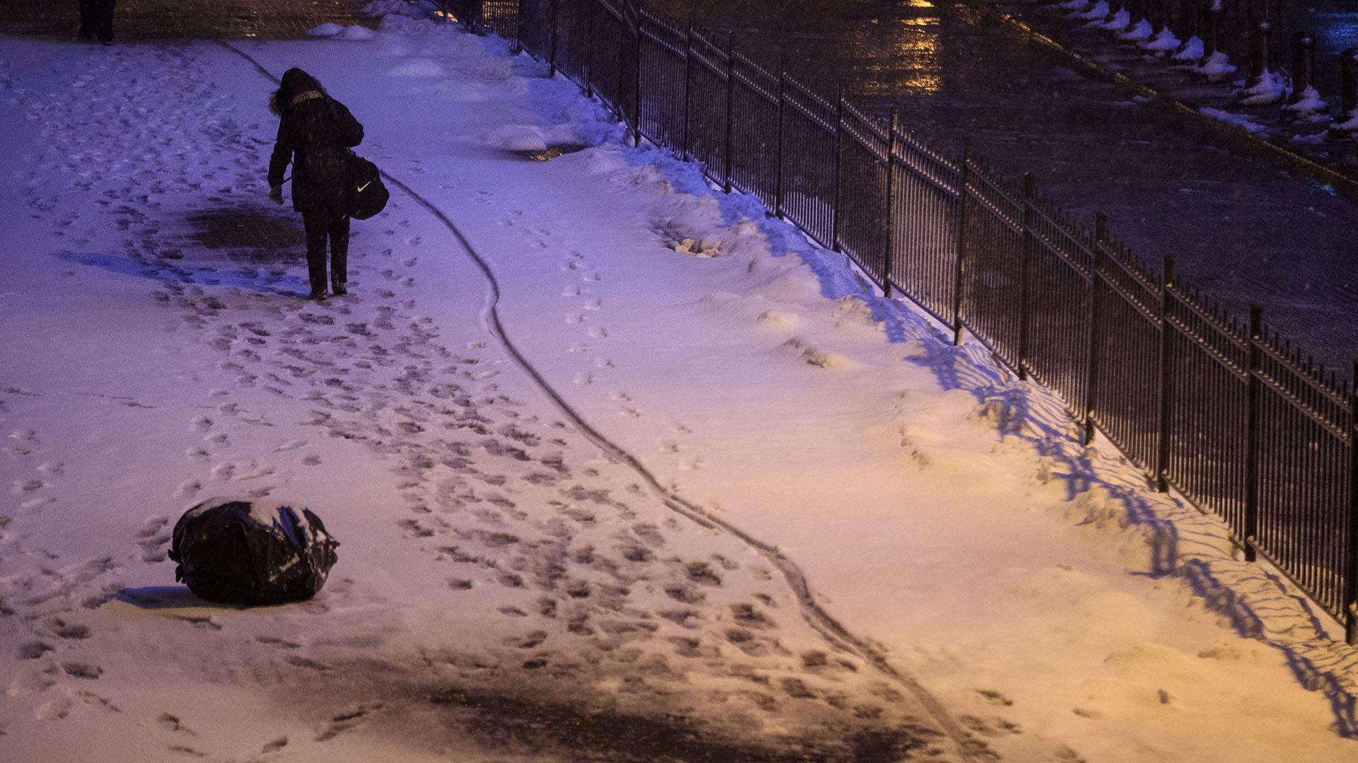 Una mujer camina frente al New York Stock Exchange