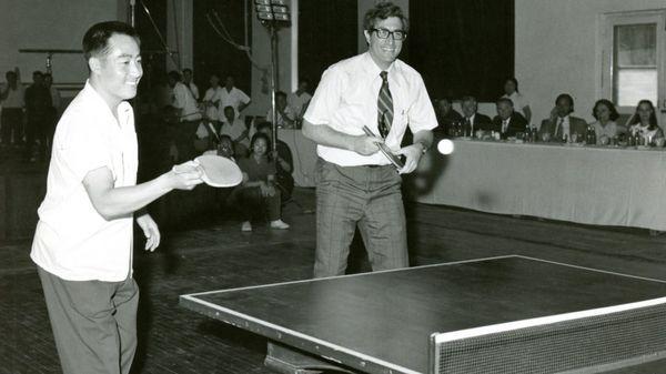 """Como miembro del Consejo de Seguridad Nacional acompañó la gira por los Estados Unidos del equipo deportivo chino que marcó el éxito de la """"diplomacia del ping-pong""""(Family photo)"""