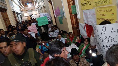 Vecinos protestan en puertas de la Asamblea Departamental de La Paz en rechazo al traspaso de predios en favor de una repartición del gobierno central.