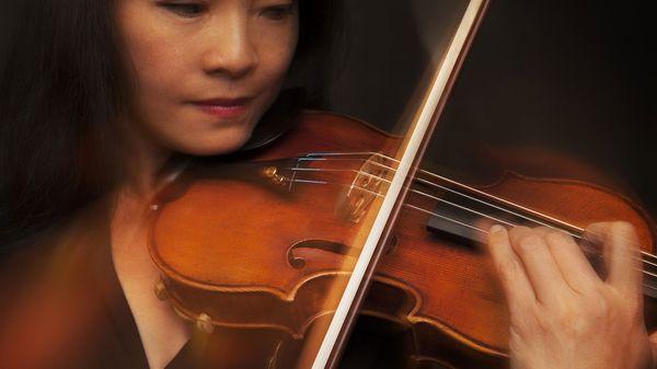 Wang ejecuta en su casa de Nueva York el Stradivarius que perteneció a su mentor. Ahora está en poder de las tres hijas de Totenberg, que decidieron venderlo (The Washington Post)
