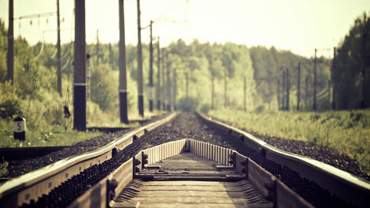 Una modelo embarazada se toma fotos en una vía férrea y es arollada por un tren (FOTO)