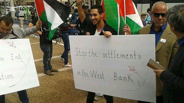 Un contingente irrumpió en la plaza con carteles reclamando el fin de los asentamientos.