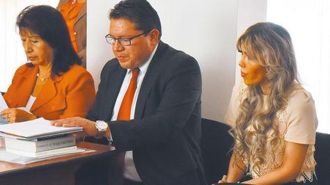 Gabriela Zapata, en la audiencia junto a su abogado.