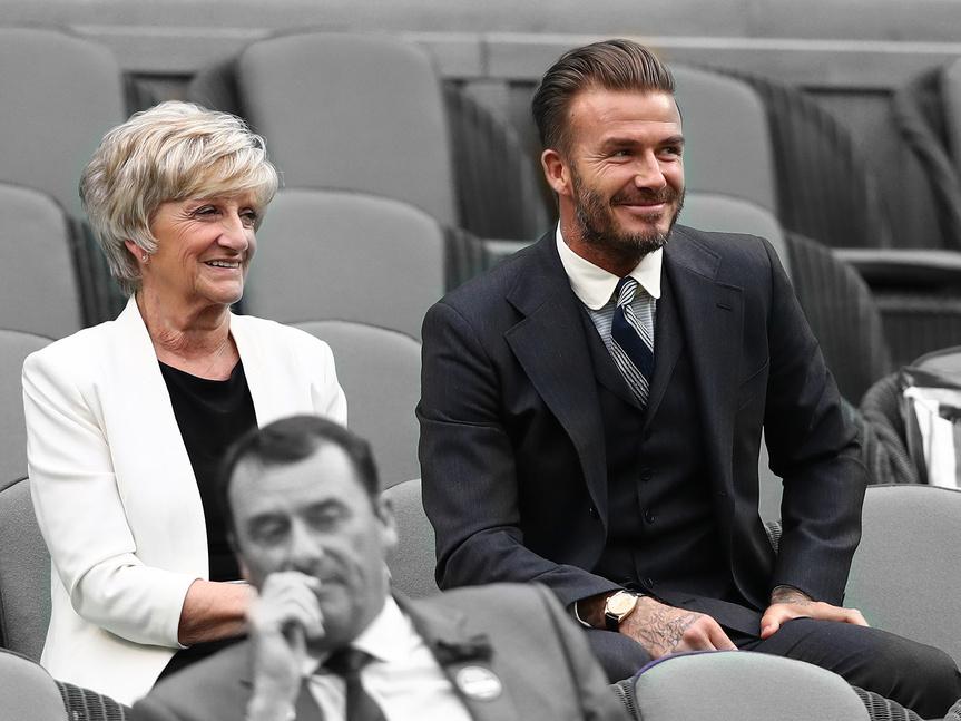 David Beckham y su madre, Sandra Beckham.