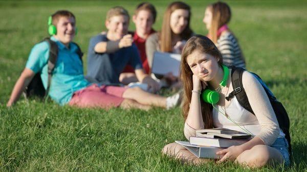 Además de las agresiones físicas y verbales, las humillaciones y el ser dejado de lado tienen un efecto muy fuerte en los estudiantes (IStock)