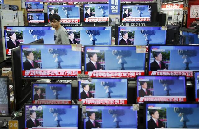 Un ciudadano de Seúl, siguiendo las pruebas nucelares por televisión.