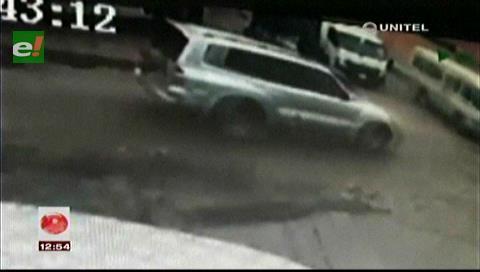 Cámara de seguridad capta el choque entre una vagoneta y un micro
