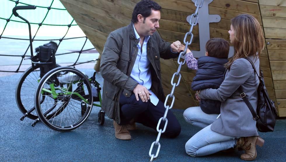06-05-17. (DVD 841). Alfredo y Monica con su hijo Alvaro, que padece Atrofia Muscular Espinal (AME) en el Colegio Santa Maria la Blanca de Madrid el sábado.