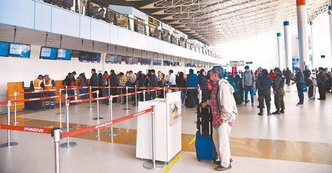 El Alto. Pasajeros hacen fila en el aeropuerto para ser atendidos y volar a sus destinos.